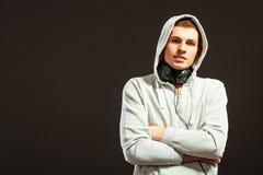 Uomo bello con le cuffie che ascolta la musica Fotografie Stock