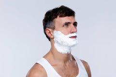 Uomo bello con schiuma sul fronte Fotografie Stock Libere da Diritti