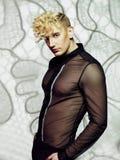 Uomo bello con taglio di capelli alla moda Immagine Stock