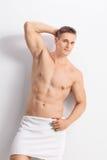 Uomo bello con un asciugamano di bagno intorno alla sua vita fotografia stock