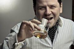 Uomo bello con un vetro del cognac. Fotografia Stock Libera da Diritti
