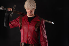 Uomo bello con una spada bastarda Fotografia Stock Libera da Diritti