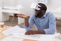 Uomo bello contentissimo che prova i vetri 3d Immagini Stock Libere da Diritti