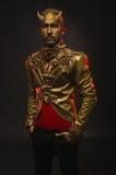Uomo bello del diavolo con i corni dorati Fotografia Stock