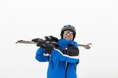 Uomo bello dello sciatore sopra la montagna con l'attrezzatura dello sci E Immagini Stock Libere da Diritti