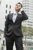 Uomo bello di affari che parla telefono mobile Fotografie Stock
