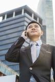Uomo bello di affari che parla telefono mobile Immagini Stock