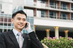 Uomo bello di affari che parla telefono mobile Immagine Stock