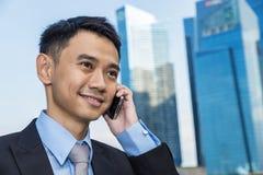 Uomo bello di affari che parla telefono mobile Immagine Stock Libera da Diritti
