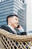 Uomo bello di affari che parla telefono mobile Fotografia Stock