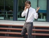 Uomo bello di affari su una chiamata di telefono Fotografia Stock