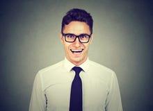 Uomo bello di risata di affari in vetri fotografie stock libere da diritti