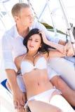Uomo bello e una bella e donna sexy su una barca a vela Fotografia Stock