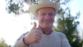 Uomo bello felice che mostra i pollici su stock footage