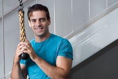 Uomo bello in ginnastica - orizzontale Fotografie Stock