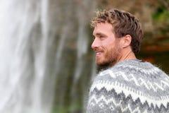 Uomo bello in maglione islandese all'aperto fotografia stock