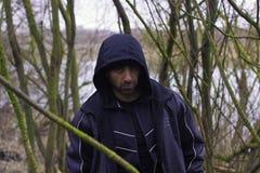 Uomo bello nel paesaggio della campagna con il lago e la foresta Fotografia Stock Libera da Diritti