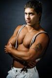 Uomo bello sexy alla moda muscolare fotografia stock libera da diritti