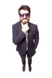 Uomo bello sicuro di altezza completa giovane in mano degli occhiali da sole sul mento Fotografia Stock Libera da Diritti