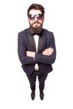 Uomo bello sicuro di altezza completa giovane in occhiali da sole che tengono le mani attraversate Immagini Stock Libere da Diritti