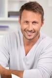 Uomo bello sorridente Fotografia Stock Libera da Diritti