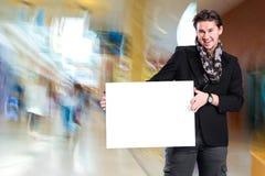 Uomo bello sorridente con il grande bordo in bianco Fotografie Stock Libere da Diritti