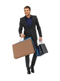 Uomo bello in vestito con i sacchetti della spesa Fotografie Stock Libere da Diritti