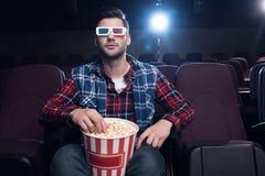 uomo bello in vetri 3d con il film di sorveglianza del popcorn Fotografia Stock