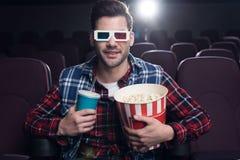 uomo bello in vetri 3d con popcorn ed il film di sorveglianza della soda Immagini Stock Libere da Diritti