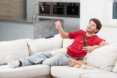 Uomo bevente durante il tempo della partita fotografia stock libera da diritti