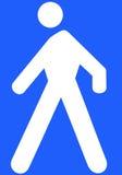 Uomo bianco che cammina su un fondo blu-chiaro Fotografie Stock