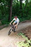 uomo in bici bianche nella foresta Fotografia Stock