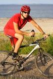 Uomo biking della montagna Immagini Stock Libere da Diritti