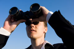 uomo binoculare Fotografie Stock Libere da Diritti