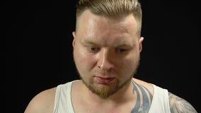 Uomo biondo spaventato in un panico video d archivio