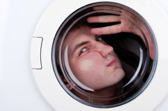 Uomo bizzarro all'interno della lavatrice Fotografie Stock Libere da Diritti
