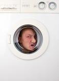 Uomo bizzarro all'interno della lavatrice immagini stock libere da diritti