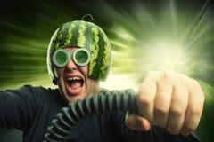 Uomo bizzarro in un casco da un'anguria fotografia stock
