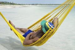 Uomo brasiliano che si rilassa in amaca Brasile della spiaggia fotografia stock