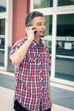 Uomo in breve camicia della manica che parla sul telefono Fotografia Stock
