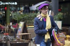 Uomo brillantemente vestito nello stile orientale tipico di Londra sulla La del mattone Fotografia Stock