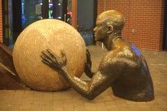 Uomo bronzeo con una palla fotografie stock