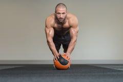 Uomo in buona salute che fa allenamento medico della palla Immagini Stock