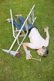 Uomo caduto in giardino Immagini Stock