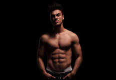 Uomo caldo, topless, muscolare che posa con le mani in tasche Immagine Stock Libera da Diritti