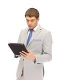 Uomo calmo con il calcolatore del pc del ridurre in pani Immagini Stock Libere da Diritti