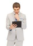 Uomo calmo con il calcolatore del pc del ridurre in pani Fotografia Stock