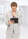 Uomo calmo con il computer del pc della compressa Fotografia Stock