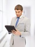 Uomo calmo con il computer del pc della compressa Immagine Stock