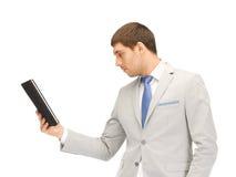 Uomo calmo con il computer del pc della compressa Fotografie Stock